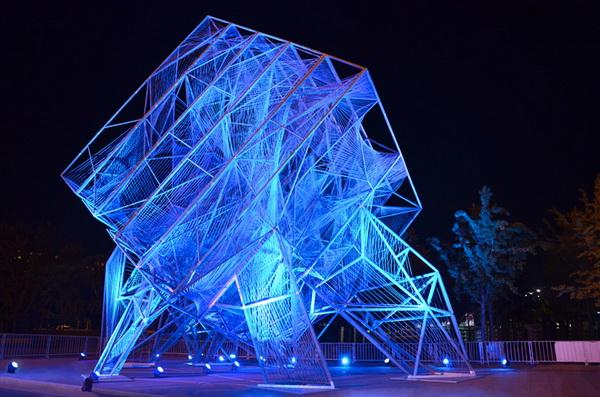 C:\Users\Администратор\Desktop\урок матем Развертка куба, 12.05.11г\геометрические памятники\светящийся скульптура в виде куба.jpg