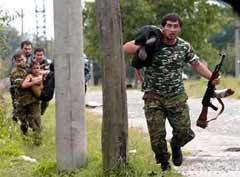 ОПОЛЧЕНЦЫ ВЫНОСЯТ ЗАЛОЖНИКОВ С ПОЛЯ БОЯ. Фото Reuters.