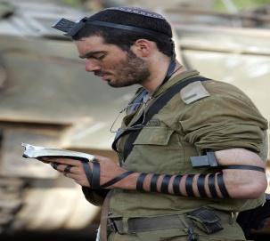 IDF_soldier_put_on_tefillin.jpg