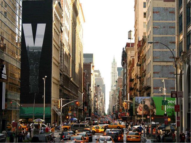Нью-Йорк - город триумфа долларов, капитализма и его символов - поднимающихся...