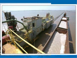 Рельсы проложены прямо по соленому озеру Баскунчак, и составы с солью курсиру
