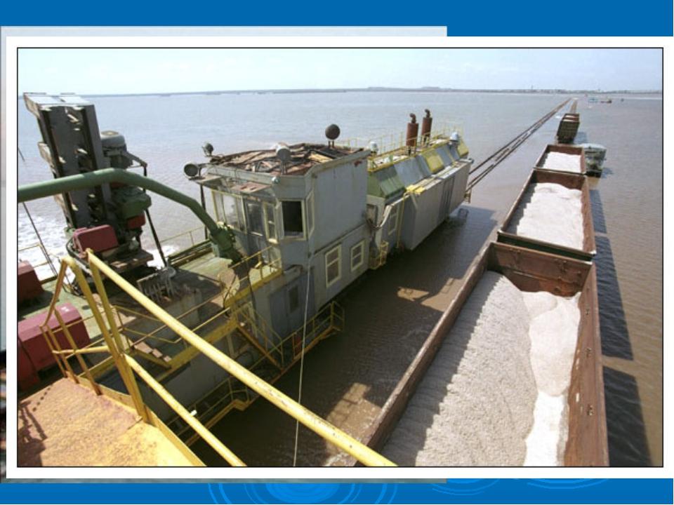 Рельсы проложены прямо по соленому озеру Баскунчак, и составы с солью курсиру...