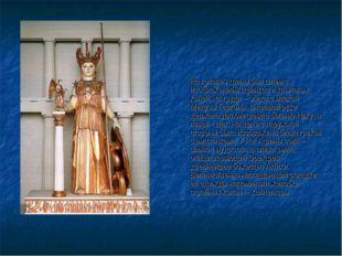 На голове Афины был шлем с изображением сфинкса и крылатых коней, на груди –