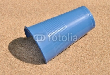 Пластиковый стакан на песке из pavel_812, Роялти-фри стоковое фото #24099776 на Fotolia.ru