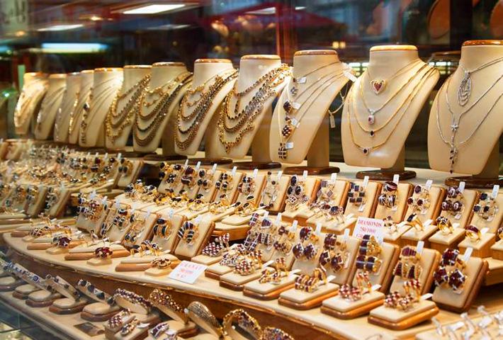 Ювелирные изделия в окне магазина - Стоковое фото Jim_Filim #9008386