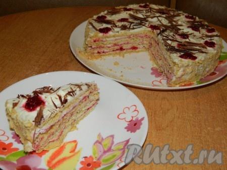 Вкусный домашний песочный торт можно подавать к столу.