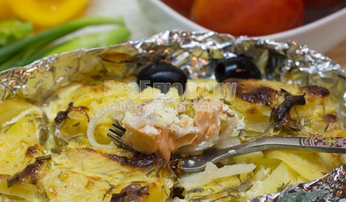 Рыба по-русски запеченная в духовке с картошкой (в сметанной заливке)