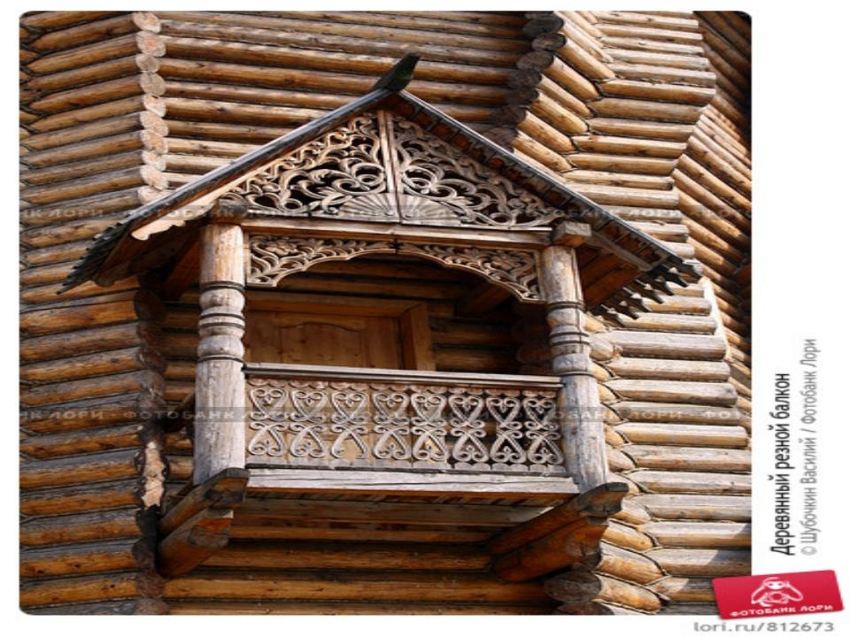 Деревянный русский дом с резными наличниками и петушком