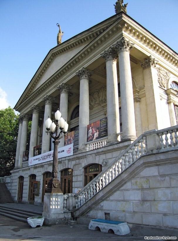 http://poluostrov-krym.com/images/stories/goroda/sevastopol/Lunacharskogo_teatr_03_preview.jpg