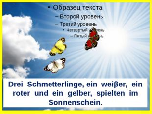 Drei Schmetterlinge, ein weiβer, ein roter und ein gelber, spielten im Sonne