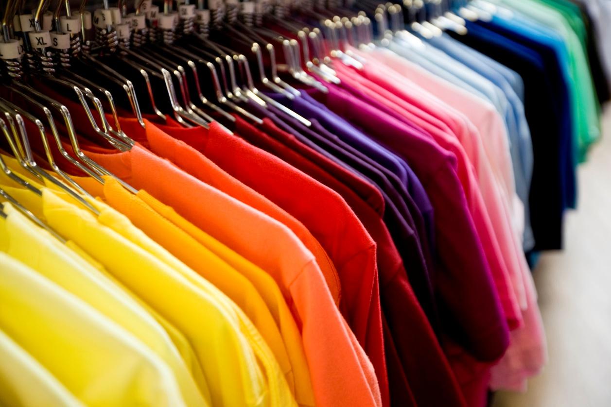 zetesathena7_retail-colourful-t-shirts-on-hangers_istock_000007927807large.jpg