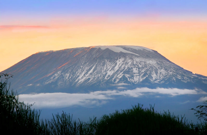 Гора Килиманджаро в лучах солнца. Африка. Фото