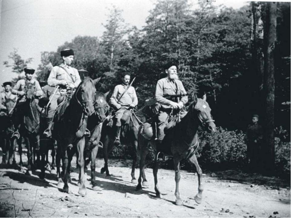 Казак – воин, принадлежащий к особому сословию казаков легкого конного войск...