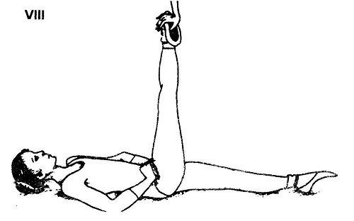 Лежа на спине, спину выпрями, плечи и бедра прижимай к полу