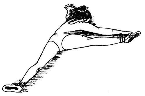 Лежа на животе, ноги фиксируют I позицию