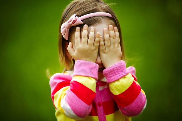 Описание: Маленькая девочка играет с пузырьками - Стоковое фото ababaka #17214661